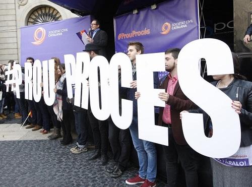 """Antonio Moreno 31.01.2016 Barcelona Cataluña. Concentración de Societat Civil Catalana con el lema """" El Procés ens Roba """"  en la Plaza de Sant Jaume.Foto:Antonio Moreno"""